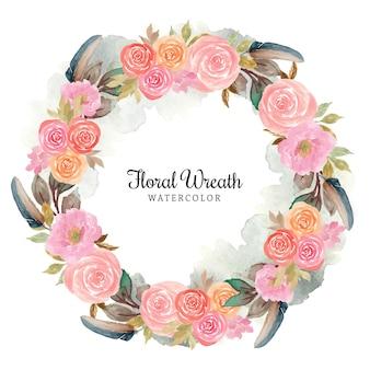 Bella corona floreale rosa con piuma e macchia astratta