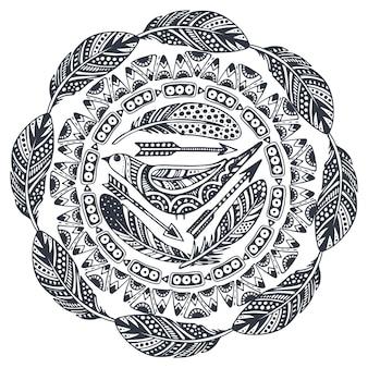 Bella stampa con elementi etnici disegnati a mano, uccelli, frecce, piume.