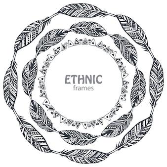 Belle cornici rotonde con piume etniche disegnate a mano.