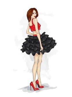 Una bella ragazza snella con le gambe lunghe in abiti alla moda.