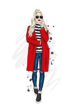 Ragazza bella, alta e snella con un cappotto alla moda, pantaloni e occhiali. fashion style.