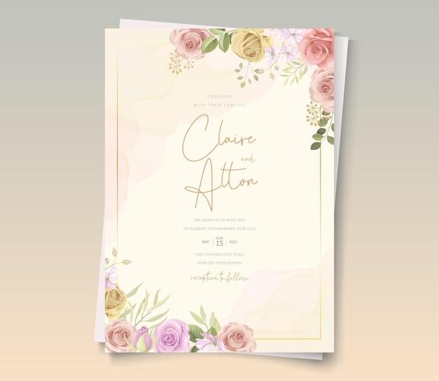 Bella carta di nozze con decorazioni floreali