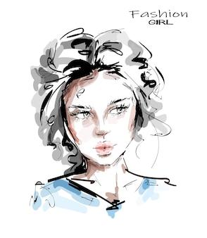 Bello fronte della giovane donna isolato su bianco