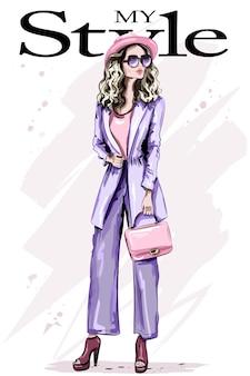 Bella giovane donna in abiti di moda