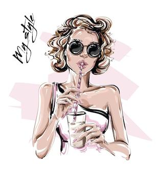 Bella giovane donna che tiene tazza di succo juice