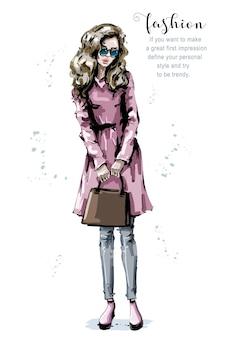 Bella giovane donna con la borsa