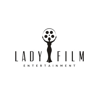 Donna di bellezza con bobina di pellicola per il logo dello studio di produzione cinematografica o il trofeo della statua cinema movie awards