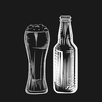Bottiglia e bicchiere di birra. stile di incisione. illustrazione vettoriale a mano libera isolato su sfondo nero.
