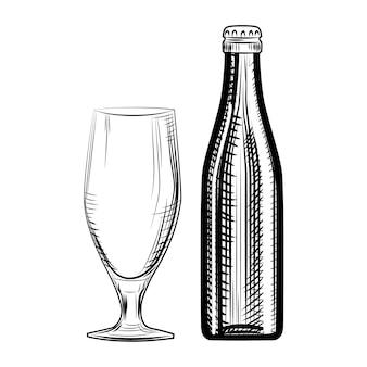 Bottiglia e bicchiere di birra. stile di incisione. illustrazione vettoriale disegnato a mano isolato su priorità bassa bianca.