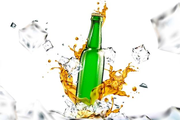 Bottiglia di vetro di birra con liquido e cubetti di ghiaccio che volano nell'aria