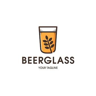 Modello di logo di vetro di birra isolato su bianco