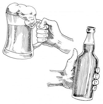 Bicchiere di birra, tazza o bottiglia di oktoberfest. inciso a mano in inchiostro disegnato in vecchio schizzo e stile vintage per menu web, invito alla festa o pub. elemento su sfondo bianco.