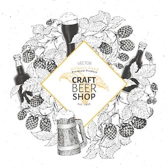 Modello di cornice di luppolo di birra. birra retrò sullo sfondo. illustrazione disegnata a mano delle tazze di birra e del luppolo. stile vintage .