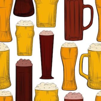 Modello senza cuciture boccale di birra. bicchieri da birra pieni con sfondo in schiuma. stile di incisione. progettazione di bevande alcoliche. illustrazione vettoriale disegnata a mano su sfondo bianco