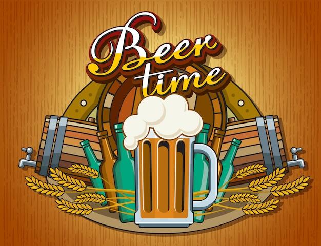 Poster a tema birra con un boccale di birra con schiuma. tazza di vetro in stile piatto sullo sfondo di un collage di oggetti a tema: botte, spighe di grano, bottiglie, il tempo della birra scritta