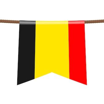 Le bandiere nazionali del belgio sono appese alla corda. il simbolo del paese nel gagliardetto appeso alla corda. illustrazione vettoriale realistico.