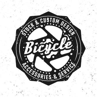 Emblema, distintivo, etichetta o logo nero di vettore dell'ingranaggio della bicicletta in stile vintage isolato su sfondo con texture grunge rimovibili