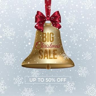 Grande striscione di vendita di natale con campana, nastro rosso su uno sfondo invernale con neve e fiocchi di neve.