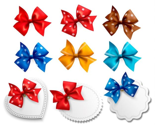 Grande collezione di fiocchi regalo colorati ed etichette