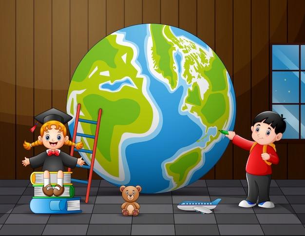 Un grande globo con i bambini delle scuole nella stanza