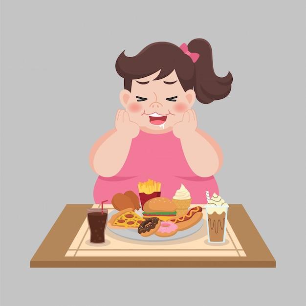 La grande donna felice gode mangia fast food
