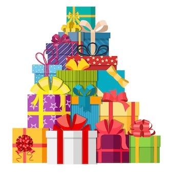 Grande mucchio di scatole regalo incartate colorate.