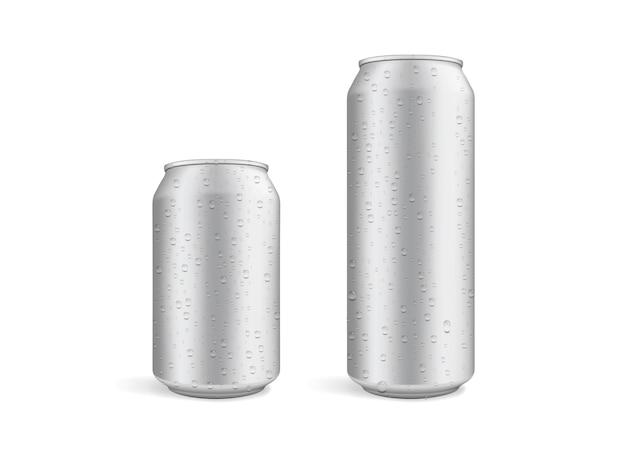 Lattine di birra grandi e piccole con gocce d'acqua isolate su sfondo bianco