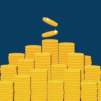 Grande mucchio impilato di monete isolato su sfondo blu scuro.