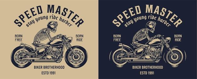 Etichetta vintage del club di motociclisti con scheletro in casco da moto in sella a una motocicletta su buio e luce