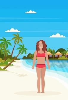 Bikini donna sull'isola tropicale con villa bungalow hotel sulla spiaggia mare palme verdi paesaggio piatto vacanze estive