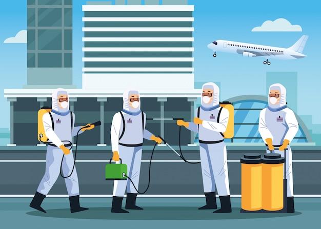 I lavoratori della biosicurezza disinfettano l'aeroporto per