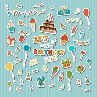 Torta di compleanno con candele, cappelli e regali di compleanno, cupcakes e bevande, palloncini, note musicali, scoppi, ghirlande, fuochi d'artificio.