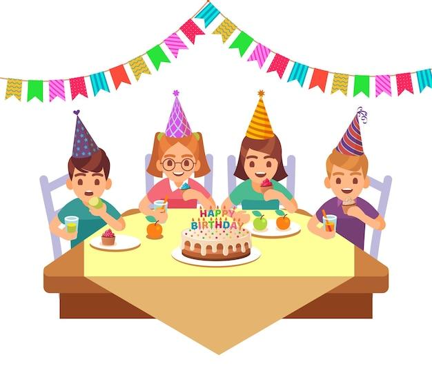 Compleanno bambino felice. i bambini in cappello a cono fective mangiano torta con candele, frutta e bevono cocktail insieme, ragazzi e ragazze festeggiano la festa nel bar ristorante o a casa, personaggi dei cartoni animati vettoriali piatti