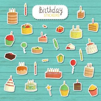 Compleanno illustratiin stile cartoon. illustrazioni luminose e carine di torte con candele, palloncini, regali. simpatici adesivi per il compleanno. etichetta di pasticceria fresca in legno naturale
