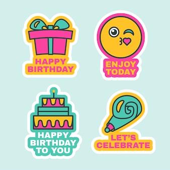 Set di etichette di compleanno, simpatici adesivi di auguri per la messaggistica. distintivi dei cartoni animati. regalo, torta, segni presenti per eventi celebrativi isolati. illustrazione vettoriale di design piatto