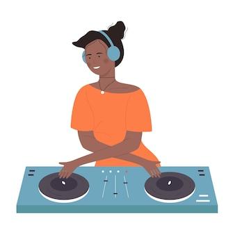 Giovane donna dj afroamericana nera con mixer giradischi isolato