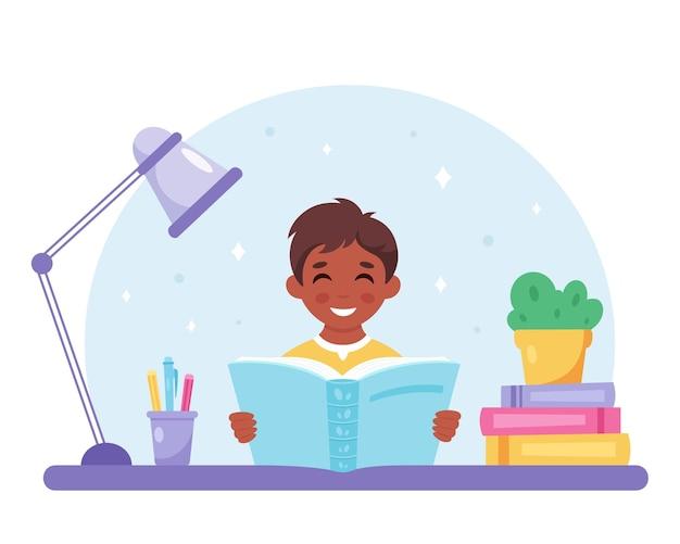 Ragazzo nero che legge un libro ragazzo che studia con un libro