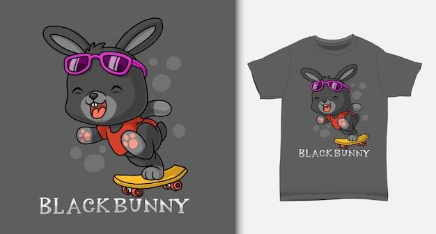 Coniglietto nero che gioca a skateboard. con design t-shirt.