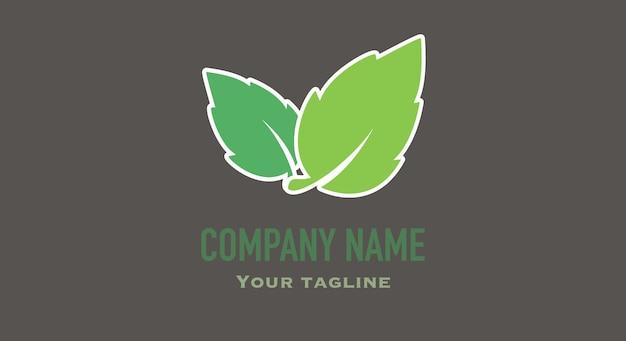 Biglietto da visita nero con foglia verde per la medicina cosmetica dei prodotti naturali ed ecologici con logo biologico biologico