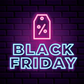 Insegna al neon di venerdì nero con l'icona dell'etichetta sopra la priorità bassa del muro di mattoni