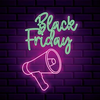Insegna al neon di venerdì nero con il megafono sopra la priorità bassa del muro di mattoni
