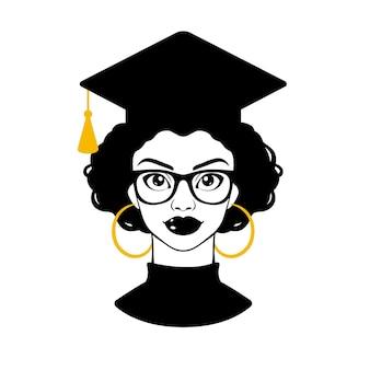 Ragazza nera in un cappello di laurea e occhiali