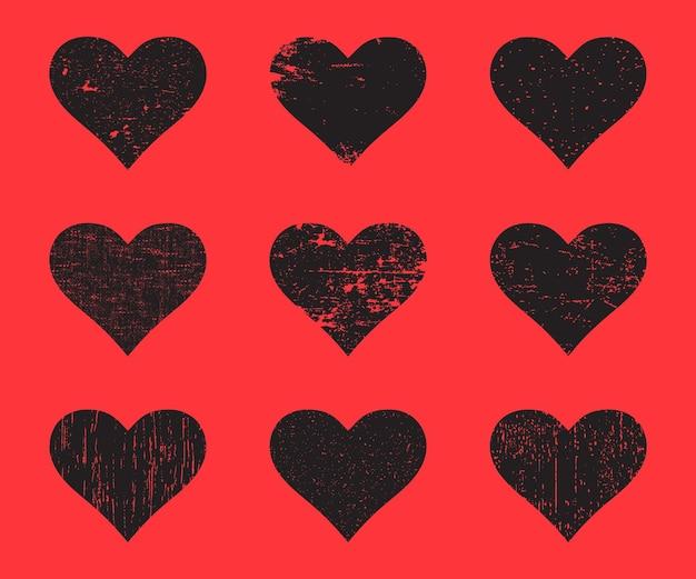 Cuori neri del grunge impostati. cuore afflitto di struttura isolato su una priorità bassa rossa. illustrazione vettoriale.