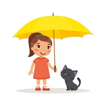 Gattino nero e bambina sveglia con l'ombrello giallo