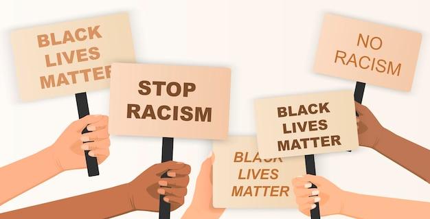 Le vite dei neri contano folla di persone che protestano per i loro diritti tenendo manifesti in mano no razzismo