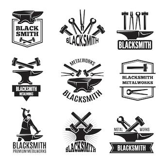 Loghi neri per fabbro. set di etichette vintage per l'illustrazione del martello dell'officina, della fucina e dell'attrezzatura del metallo