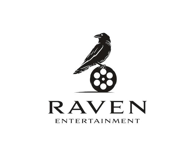 Uccello corvo nero con attrezzature cinematografiche buon design del logo per movie maker o movie studio