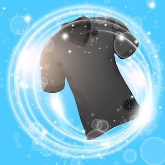 Camicia nera che si lava in acqua con bolle di sapone e pulizia profonda.