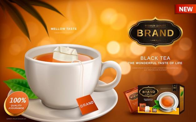 Annuncio di tè nero, con tè caldo e tazza bianca della bustina di tè, sfocatura dello sfondo