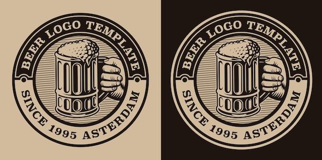 Emblema vintage in bianco e nero con un boccale di birra